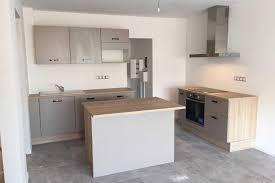 cuisine taupe réalisations la cuisine taupe et bois de benoit v de cuisines avec
