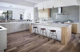 chaise ilot cuisine zoom sur les points forts de la cuisine moderne avec îlot en 24 images