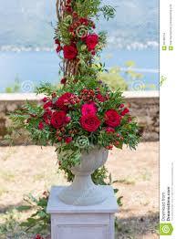 composition florale avec des roses composition florale dans la cuvette en pierre avec les roses