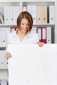 blanc au bureau femme d affaires grand tableau blanc au bureau atelier