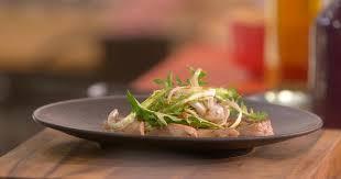 cuisiner le pissenlit ma recette échine de porc rôtie et pissenlits laurent mariotte