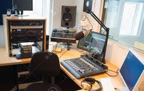 equipement bureau l équipement moderne sur le bureau en studio de radio banque d