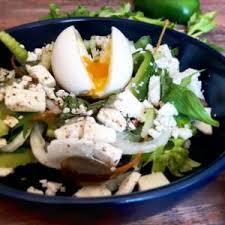 cuisiner celeri branche salade de céleri branche poivron œuf coulant et feta gratinez