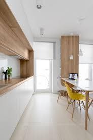 cuisine blanc et cuisine blanc et bois chic chaise jaune white and timber kitchen