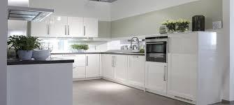 meuble cuisine acier comptoir en bois blanc brillant planche de naturel évier acier