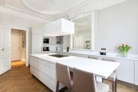 grande cuisine moderne grande cuisine avec îlot central dans un appartement haussmanien