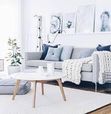 coussin sur canap gris un salon en gris et blanc c est chic voilà 82 photos qui en témoignent