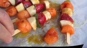 cuisiner à la plancha gaz brochettes de fruits de saison caramélisés cuisson à la plancha à