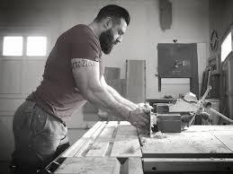 bureau entrepreneur usinage des côtés du bureau à la toupie machine bois entrepreneur