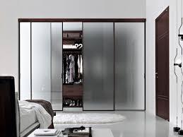 armoire chambre portes coulissantes l armoire dressing dans la chambre à coucher moderne