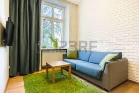petit plat en chambre table basse et canapé confortable dans la chambre banque d images et