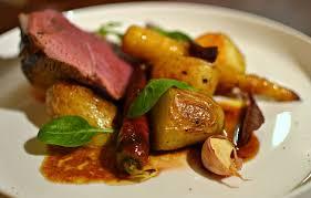 cuisiner un gigot d agneau au four gigot d agneau au four pommes de terre et légumes glacés