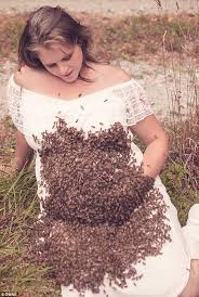 Maternity Pictures Ohio Poses For Shoot With 20 000 Bees Daily Mail