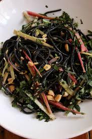 cuisiner la seiche fraiche salade de spaghettis à l encre de seiche pickels de rhubarbe