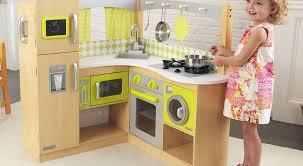 cuisine pour bébé une cuisine en bois pour bébé à noël famille en chantier