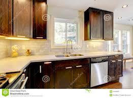 cuisine brun et blanc cuisine neuve de luxe moderne de brun foncé et de blanc image stock