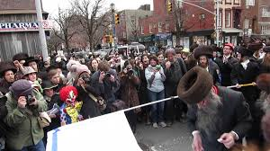 Brooklyn Flag Thousands Of Jews Dancing And Burning Israeli Flag In Brooklyn Ny