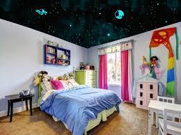 chambre ciel étoilé ciel étoilé réalisé au plafond de la chambre avec le kit plafond