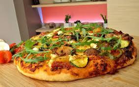 cuisiner une pizza recette pizza aux légumes en vidéo