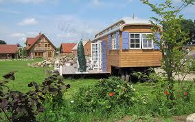 Kleinhaus Kaufen Zirkuswagen Mit 24qm Terrasse Im Garten Tiny House On Wheels