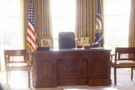 thank queen of u0027victoria u0027 for this oval office centerpiece new