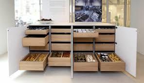 cuisine dans un placard astuce rangement placard cuisine maison design bahbe com