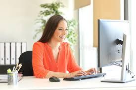 femme de bureau introduction au clavier travaillante de femme d affaires un