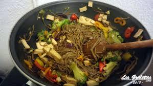 cuisiner tofu fumé recette wok tofu fumé brocolis et nouilles sautées les gralettes