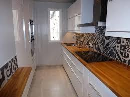 cuisine credence carrelage crédence carrelage à motifs dans cette cuisine fermée blanche