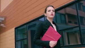 le bureau fille femme d affaires confiant est pressé de négocier fille