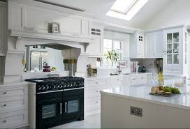 white kitchen with silestone in the color bianco river bianco