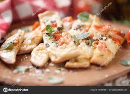 origan frais en cuisine fait maison plat avec tomates et origan frais photographie