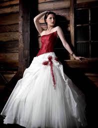 brautkleid corsage zweiteiliges hochzeitskleid rotes corsage und weißer tüllrock