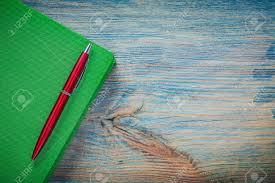 bloc note sur bureau stylo à bille fermé bloc notes sur le concept de bureau vue de