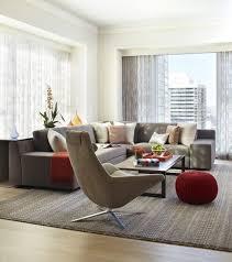 deco avec canapé gris déco salon moderne pour une atmosphère chaleureuse pouf tricoté