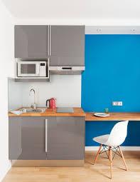 cuisiner avec un micro onde cuisine gris laqué abstrakt ikéa avec un frigo encastré en bas à