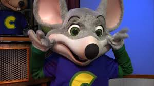 4 people arrested after brawl outside chuck e cheese u0027s cops