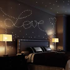 comment faire une chambre romantique idée romantique coller des étoiles phosphorescentes sur le plafond