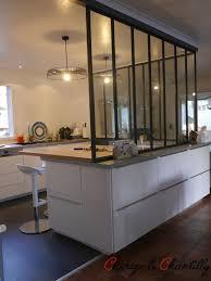 ouverture entre cuisine et salle à manger plan de travail en hêtre pour la partie repas la verrière repose