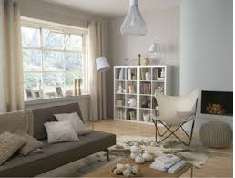 salon gris taupe et blanc salon peinture couleur blanc cassé coussins et pouf couleur