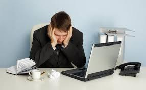 employé de bureau les employés qui s ennuient se tournent vers le café et l alcool