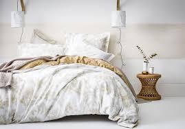 d o chambre blanche une chambre blanche rehaussée d une large frise ocre la chambre