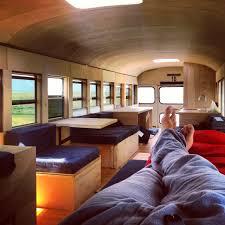il transforme un vieux bus de 3000 en espace habitable bus