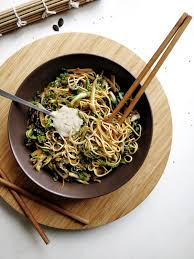 cuisiner les feuilles de chou fleur wok de nouilles aux feuilles de chou fleur vegan anti gaspi
