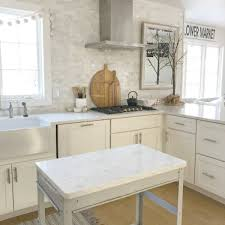 kitchen backsplash with white cabinets and white countertops how to choose the right white quartz for kitchen countertops