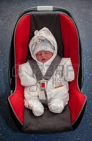 siege auto nouveau né garçon nouveau né assis dans un siège d auto avant premier