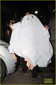 ghostly lady halloween costume lady gaga finds a last minute costume in a restaurant table cloth