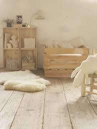 chambre bébé bois naturel touches de bois dans une chambre d enfant berceau cubes et