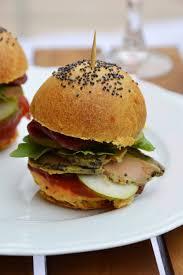 cuisiner un hamburger minis burger plus une miette dans l assiette recettes à cuisiner