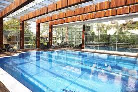 piscine en verre piscine intérieure avec un toit en verre banque d u0027images et